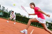 Kvinna som spelar dubbel i tennis — Stockfoto