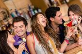 Přátelé v baru — Stock fotografie