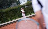 テニスで提供男性 — ストック写真
