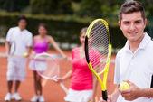 Man at the tennis court — Stockfoto