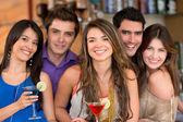 Grupp vänner i baren — Stockfoto
