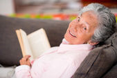 Senior vrouw lezen van een boek — Stockfoto