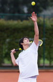 Man serving at tennis — 图库照片