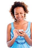 Γυναίκα χρησιμοποιώντας ένα έξυπνο τηλέφωνο — Φωτογραφία Αρχείου