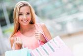 Kobieta z torby na zakupy — Zdjęcie stockowe