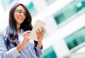 Tablet bilgisayar kullanan iş kadın — Stok fotoğraf
