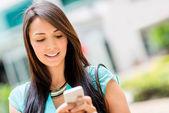 Kvinna textning på sin telefon — Stockfoto