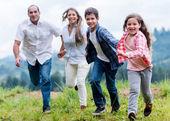Família se divertindo ao ar livre — Fotografia Stock