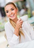 Donna avendo una tazza di caffè — Foto Stock