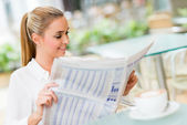 Business woman reading news — Stock Photo