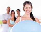 Kvinna med en pilates boll — Stockfoto