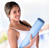 Bir yoga mat olan kadın — Stok fotoğraf