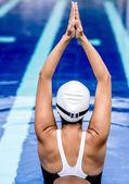 Mujer nadador estiramiento — Foto de Stock