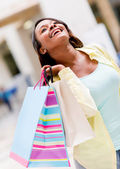 很开心购物的女人 — 图库照片