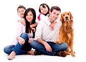 Familia feliz con un perro — Foto de Stock