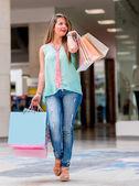 Kvinnan vid köpcentrum — Stockfoto