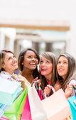 Winkelen vrouwen opzoeken — Stockfoto