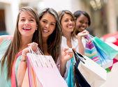 Gelukkig groep winkelen vrienden — Stockfoto