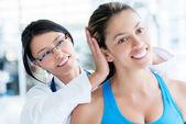 Doctor gimnasio revisando un paciente — Foto de Stock