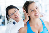 Gym doctor checking on a patient — Stockfoto