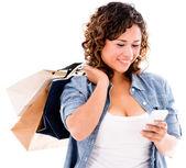 Winkelen vrouw met slimme telefoon — Stockfoto