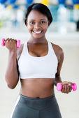 Kobieta na siłowni — Zdjęcie stockowe