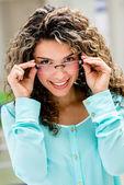 Glückliche frau mit brille — Stockfoto