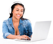 Femme, téléchargement de musique — Photo