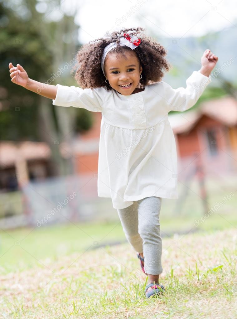 开心快乐可爱的小女孩