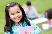 šťastná dívka ve škole — Stock fotografie