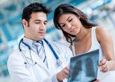 Lekarz kontroli rtg pacjenta — Zdjęcie stockowe