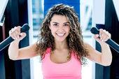 Frau im fitnessstudio trainieren — Stockfoto