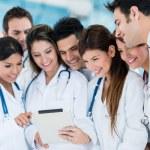 lékaři pomocí tabletového počítače — Stock fotografie