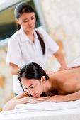 Mujer relajante en el spa — Foto de Stock