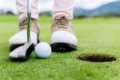 παίκτης γκολφ στο πράσινο — Φωτογραφία Αρχείου