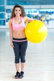 Donna palestra tenendo una palla pilates — Foto Stock