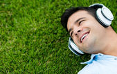 Man listening to music — 图库照片