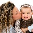 亲吻她的女儿的母亲 — 图库照片