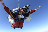 Фото прыжки с парашютом. Тандем. — Стоковое фото