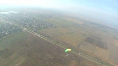 Parachutist in sky — Stock Video