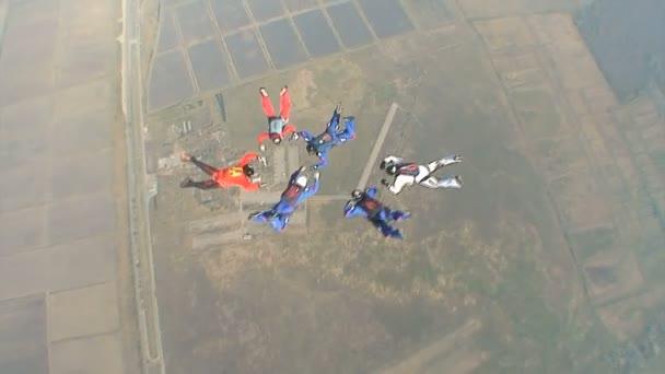 Paracaidistas recoge figura en caída libre. — Vídeo de stock