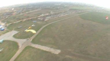 Flight and landing of the parachutists — Stock video