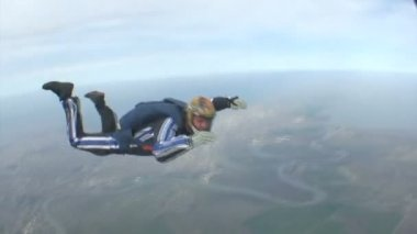 Skydiver in free fall — Stock Video