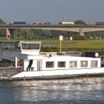 barge sur la rivière — Photo
