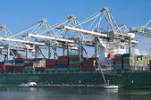 Kontejnerová loď v přístavu — Stock fotografie
