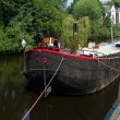 Houseboat in canal — Stockfoto