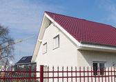 红色屋顶的房子 — 图库照片