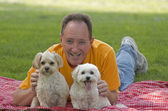 Человек с его собаки — Стоковое фото