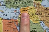 Fingret pekar till syrien på kartan — Stockfoto