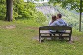 Joven pareja besándose en el parque — Foto de Stock